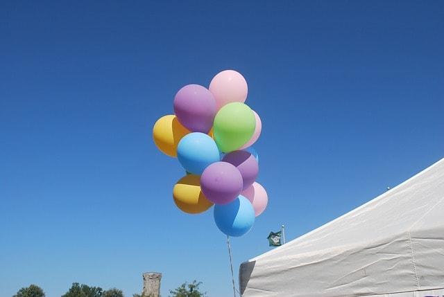 Grundämnet helium (He) används ofta i ballonger