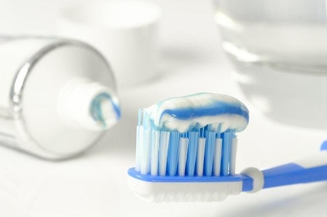 Tandkräm som innehåller grundämnet fluor