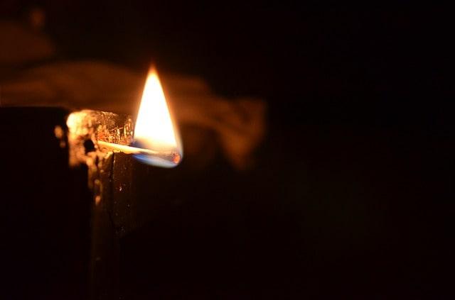 Brinnande tändsticka