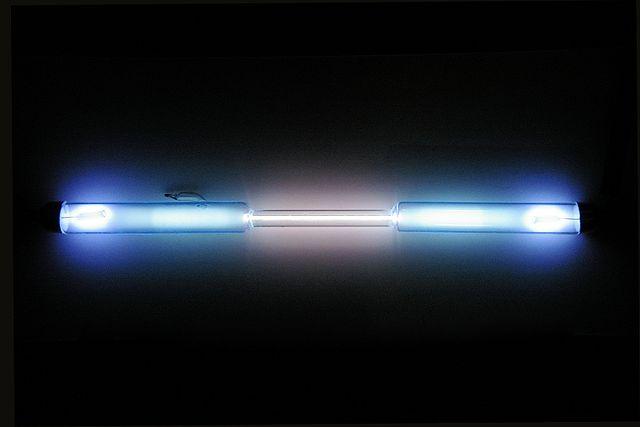 Gasurladdningslampa fylld med krypton som lyser med ett vitt sken