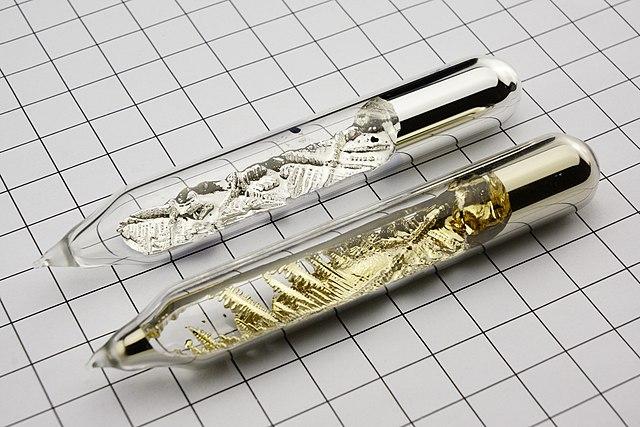 Silverfärgade rubidiumkristaller