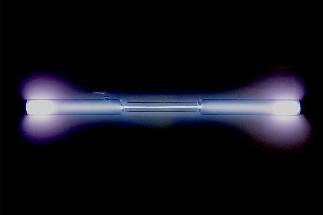 Gasurladdningslampa fylld med xenon som lyser med ett ljusblått sken